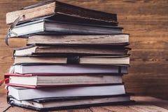 Alte Bücher des gebundenen Buches auf Holztisch Stockbilder