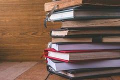Alte Bücher des gebundenen Buches auf Holztisch Freier Platz für Text Lizenzfreies Stockbild