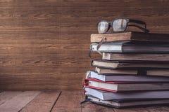 Alte Bücher des gebundenen Buches mit Gläsern auf Holztisch Freier Platz für Text Stockfoto