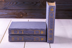 Alte Bücher des Purpurs drei lokalisiert auf Weiß Stockbild
