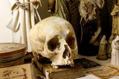 Alte Bücher des Schädels auf dem Tisch und die Mittelalter für Druck Stockfoto