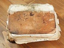 Alte Bücher des Stapels auf hölzernem Brett Stockfoto