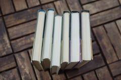 Alte Bücher des Stapels auf hölzernem Hintergrund Lizenzfreie Stockbilder