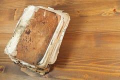 Alte Bücher des Stapels auf hölzernem Regal Stockbild