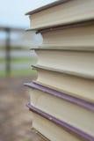 Alte Bücher des Stapels, extreme Nahaufnahme Stockfotos