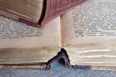 Alte Bücher, die auf dem Tisch legen Stockbilder