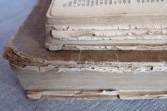Alte Bücher, die auf dem Tisch legen Lizenzfreies Stockfoto