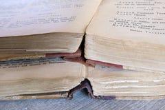 Alte Bücher, die auf dem Tisch legen Lizenzfreies Stockbild