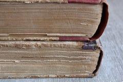 Alte Bücher, die auf dem Tisch legen Stockfotos