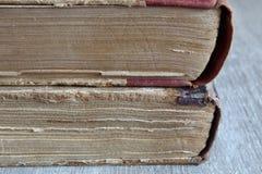 Alte Bücher, die auf dem Tisch legen Stockbild