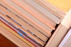 Alte Bücher, die sich gegeneinander für Verkauf lehnen Stockfotos