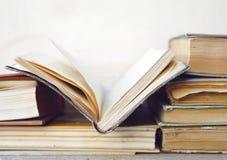 Alte Bücher, ein Buch geöffnet Stockfoto
