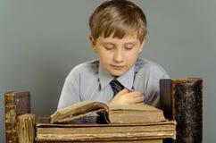 Alte Bücher ein Junge, ein Wunderkind Lizenzfreies Stockfoto