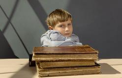 Alte Bücher ein Junge, ein Wunderkind Stockfotografie