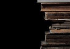 Alte Bücher in einem Stapel, lokalisiert Stockbild