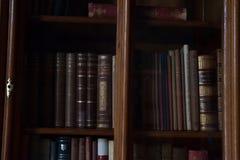 Alte Bücher in einer alten Bibliothek Stockfotos