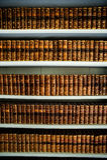 Alte Bücher in einer alten Bibliothek Stockfoto