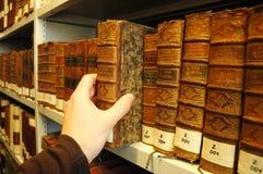 Alte Bücher in einer Bibliothek Lizenzfreie Stockbilder