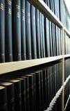 Alte Bücher in einer Bibliothek Stockbild