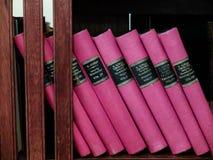 Alte Bücher in einer historischen Bibliothek Stockbild