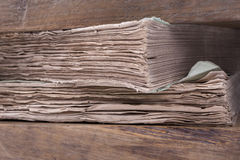 Alte Bücher in einer Papierpresse Lizenzfreie Stockfotos