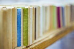 Alte Bücher in einer Reihe Stockbilder