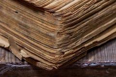 Alte Bücher in einer Schmutzart auf einem Holztisch Stockbilder