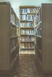 Alte Bücher in einer Weinlesebibliothek Lizenzfreie Stockfotos