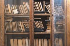 Alte Bücher in einer Weinlesebibliothek Lizenzfreies Stockfoto
