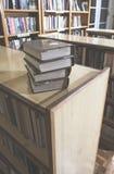 Alte Bücher in einer Weinlesebibliothek Stockfotografie