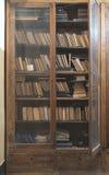Alte Bücher in einer Weinlesebibliothek Stockbilder