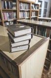Alte Bücher in einer Weinlesebibliothek Lizenzfreie Stockfotografie