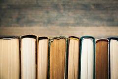 Alte Bücher in Folge auf hölzernem Hintergrund Lizenzfreie Stockbilder