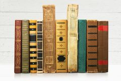 Alte Bücher in Folge auf hölzernem Hintergrund Lizenzfreie Stockfotografie