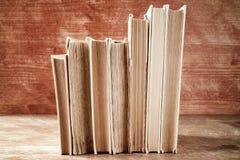 Alte Bücher in Folge gestapelt Lizenzfreies Stockbild