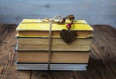 Alte Bücher gebunden mit einem Seil Stockbilder