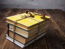 Alte Bücher gebunden mit einem Seil Stockbild