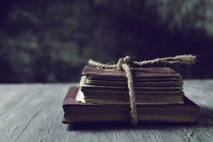 Alte Bücher gebunden mit einer Schnur Stockbilder
