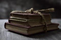 Alte Bücher gebunden mit einer Schnur Stockbild