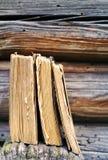 Alte Bücher gegen eine hölzerne Wand Stockbild