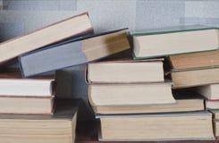 Alte Bücher gelegt auf ein hölzernes Regal Lizenzfreies Stockbild