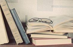 Alte Bücher gelegt auf ein hölzernes Regal Lizenzfreie Stockbilder