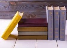 Alte Bücher gesetzt auf das Weiß Stockfoto