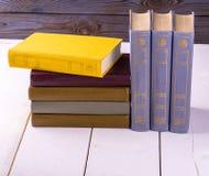 Alte Bücher gesetzt auf das Weiß Lizenzfreies Stockbild