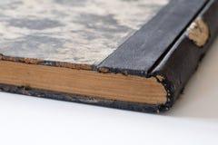 Alte Bücher gestapelt auf einer weißen Tabelle Alte Freigabe ohne Titel Stockfotos
