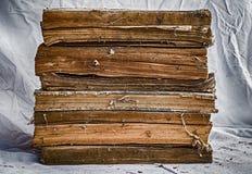 Alte Bücher gestapelt auf schmutzigem weißem Stoff Lizenzfreie Stockfotografie