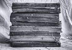 Alte Bücher gestapelt auf schmutzigem weißem Stoff Lizenzfreies Stockfoto