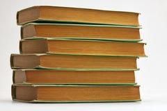 Alte Bücher gestapelt auf weißem Hintergrund Stockbilder