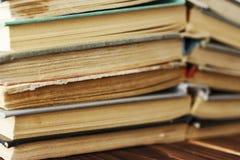 Alte Bücher gestapelt in einem Stapel Getontes Foto Stockfoto