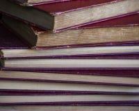 Alte Bücher gestapelt im Winkel Stockfotografie